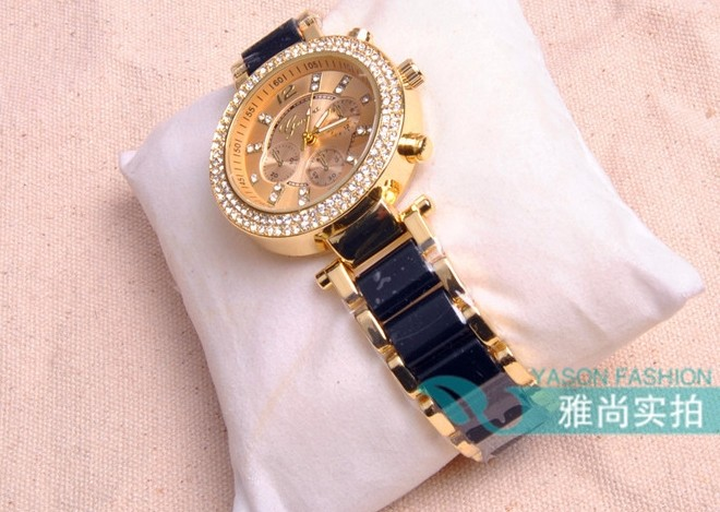 Nice Watch Decorated with Rhinestone Arounded